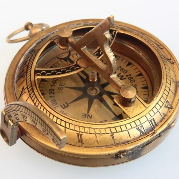 Р.бэрд и р.амундсен, в своих полярных полётах использовали солнечный компас инженера бамстеда.